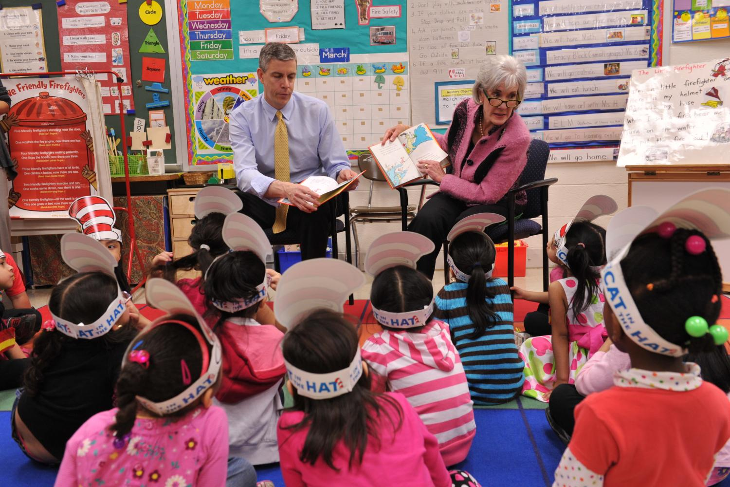 Former+U.S.+Dept.+of+Education+Secretary+Arne+Duncan+reads+a+book+to+Rolling+Terrace+Elementary+School+students+in+Montgomery+County.+
